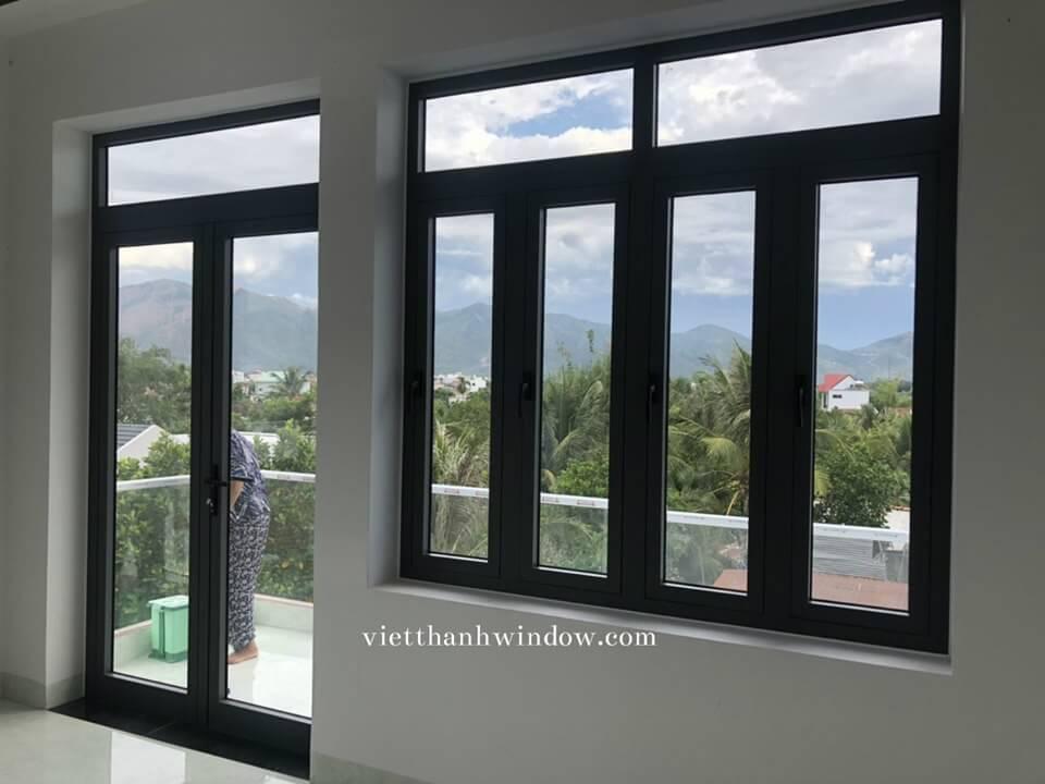 cửa đi nhôm xingfa 2 cánh + cửa sổ 4 cánh mở quay